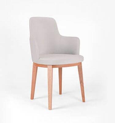 silla de diseño en madera de eucalipto con tapizado de pana color plata
