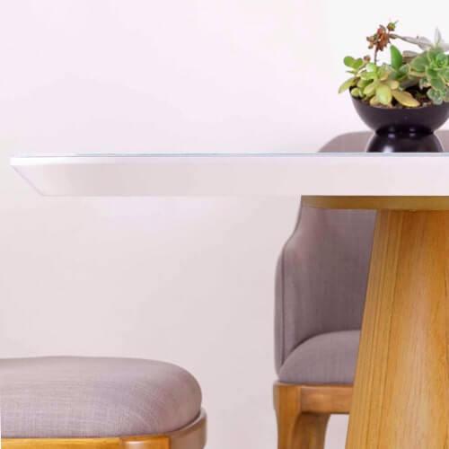 mesa de comedor de tapa blanca con base lustre natural