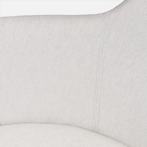 Silla giratoria contemporánea con tapizado simil lino color crudo, base madera.