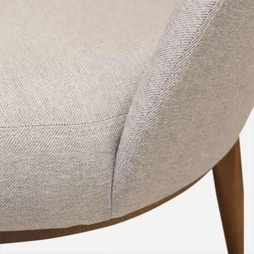 Poltrona contemporánea simil lino con patas escandinavas
