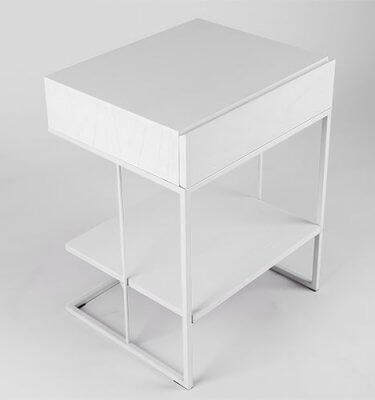 Mesa de luz en madera paraíso, terminación al poliuretano color blanco. Base de estructura metálica